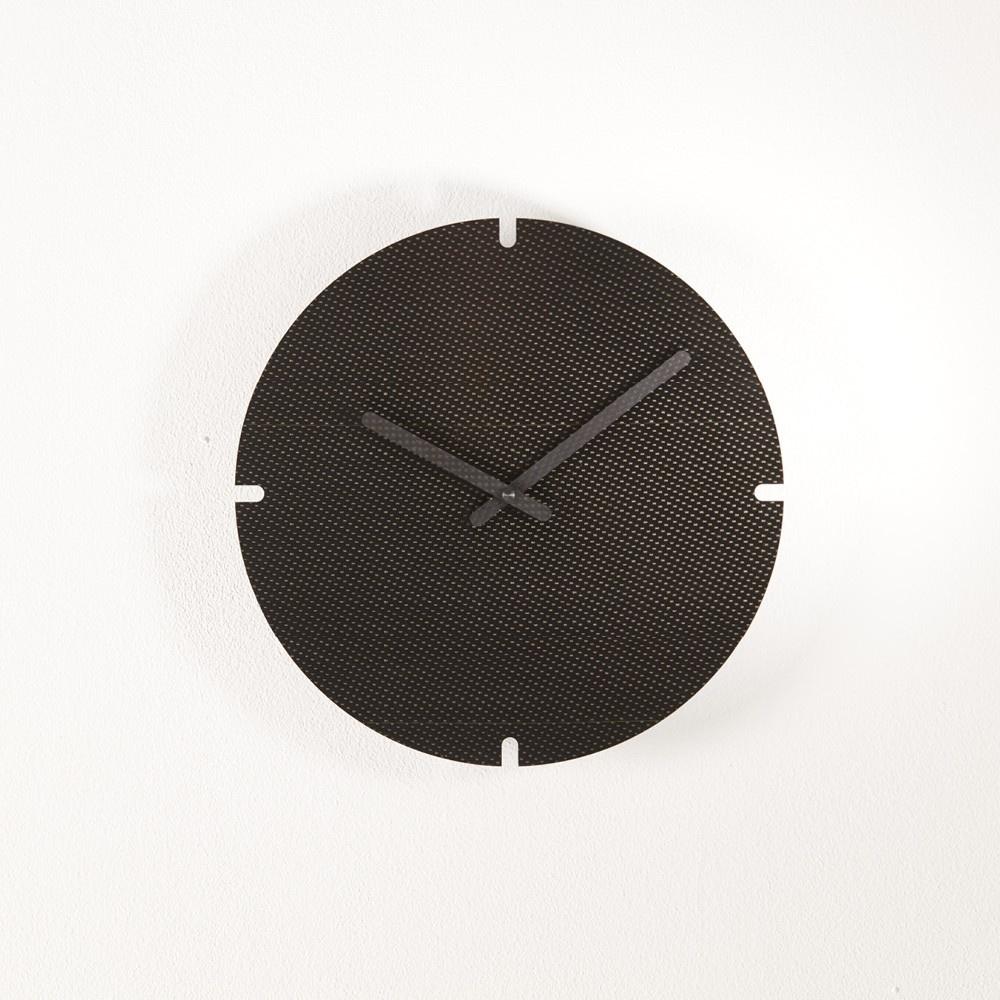 Horloge murale design, ère carbone, style post industriel, marqueterie de carbone haut de gamme